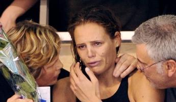 Laure Manaudou en pleurs, avec ses parents.