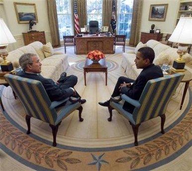 Bush et Obama dans le bureau ovale.