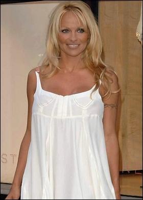 Pammi en robe blanche