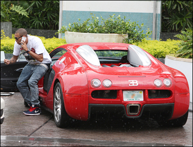 Chris Brown sortant de sa Bugatti