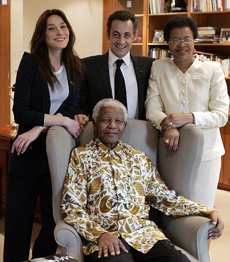 mandela (assis) entouré de Carla Bruni, Nicolas Sarkozy et Graça Machel Mandela